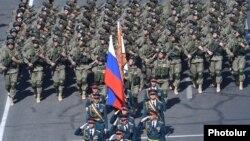 Ռուս զինծառայողները Հայաստանի անկախության 25-ամյակին նվիրված զորահանդեսի ժամանակ, Երևան, 21-ը սեպտեմբերի, 2016թ․