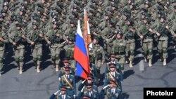 Российские военные маршируют на параде в Армении, Ереван, 21 сентября 2016 года