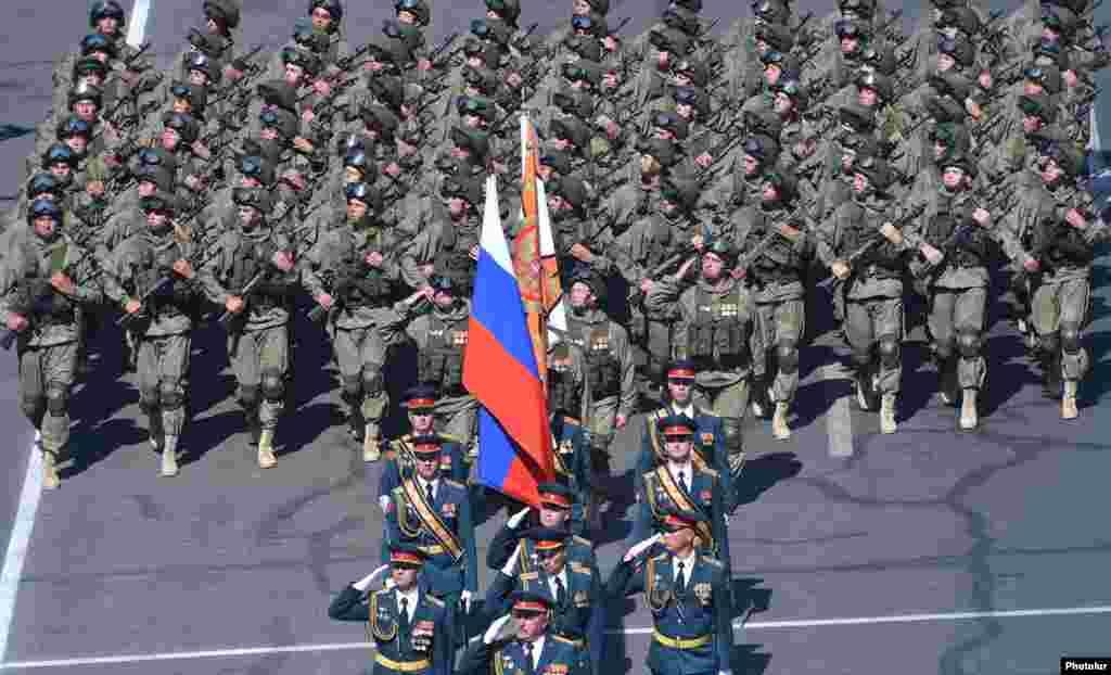 Военнослужащие дислоцированной в Гюмри 102-й российской военной базы принимают участие в военном параде в Ереване.
