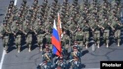 Российские военные шагают на военном параде в Ереване. 21 сентября 2016 года.