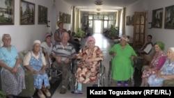 """Инвалиды и престарелые """"приюта отца Софрония"""" для детей и престарелых. Поселок имени Туймебаева Илийского района Алматинской области. 24 июля 2013 года."""