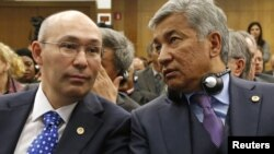 Кайрат Келимбетов (слева), вице-премьер Казахстана, и Имангали Тасмагамбетов, аким Астаны. Париж, 22 ноября 2012 года.