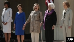 ShBA - (M-D) Zonja e Parë e Shteteve të Bashkuara Michelle Obama, ish-Zonja e Parë Laura Bush, ish-Zonja e Parë Hillary Clinton, ish-Zonja e Parë Barbara Bush dhe ish-Zonja e Parë Rosalynn Carter (Ilustrim)