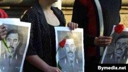 Партрэты Юр'я Захаранкі ў руках удзельнікаў акцыі салідарнасьці.