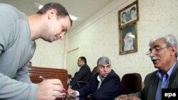 استفان لربيه(چپ) در دادگاهی در بندرعباس در ماه مارس.