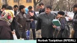 Ипотечники напротив здания городского суда Алматы. 30 марта 2017 года.