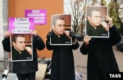 Участники пикета в поддержку Михаила Ходорковского перед зданием суда в Москве. 25 октября 2004 года.