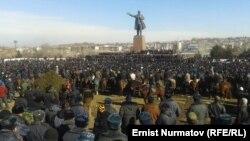 Оштың орталық алаңына жиналған шерушілер. Қырғызстан, 15 қаңтар 2014 жыл.
