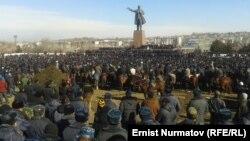 Митинг протеста на центральной площади в Оше