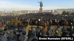 Милицонеры и сторонники Мелиса Мырзакматова на площади в Оше. 15 января 2014 года.