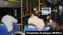 Қала бойынша жолаушы тасымалдайтын қоғамдық көлік ішінде. Алматы, 16 қазан 2011 жыл. (Көрнекі сурет)
