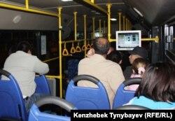 Пассажиры в автобусе. Алматы.