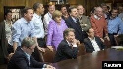 Лидерите на Г8 во Кемп Дејвид, меѓу нив Дејвид Камерон и Ангела Меркел, го гледаат финалето на Лигата на шампионите во фудбал меѓу Баерн и Челзи. 19.05.2012.