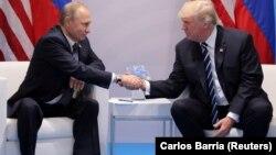 Президент США Дональд Трамп (п) и президент России Владимир Путин во время встречи на саммите «Группы двадцати» в Гамбурге, 7 июля 2017 год