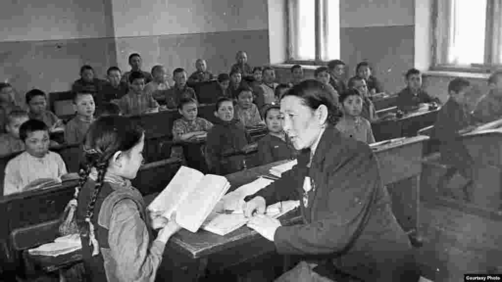 Учитель ведёт урок. Советский Казахстан, 1960 год.