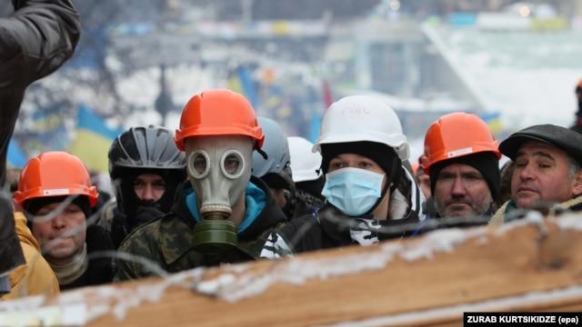 Шерушілер полицияға қарсы баррикада құрып тұр. Киев, 9 желтоқсан 2013 жыл.