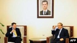 Маурер (слева) на встрече в Дамаске с заместителем главы МИД Сирии Файзалом Микдадом