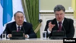 Қазақстан президенті Нұрсұлтан Назарбаев (сол жақта) пен Украина президенті Петр Порошенко. Киев, 22 желтоқсан 2014 жыл.