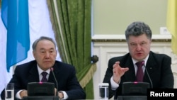 Ukrainian President Petro Poroshenko (right) and his Kazakh counterpart, Nursultan Nazarbaev, at a news conference in Kyiv on December 22.