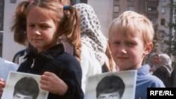 Djeca Srebrenice sa fotografijama nestalih rođaka - arhivski snimak