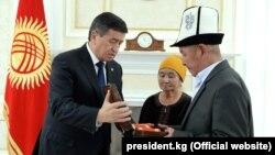 Президент Сооронбай Жээнбеков вручил родителям погибшего журналиста Уланбека Эгизбаева его медаль «Эрдик». 1 октября 2018 года.