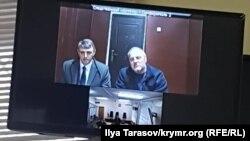 Адвокат Олексій Ладін (зліва) й активіст Едем Бекіров під час відеозв'язку із судом, 10 січня 2019 року