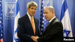 John Kerry (majtas) dhe Benjamin Netanyahu gjatë një takimi në Tel Aviv