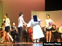 Түштүк Корея. Балет артистеринин V эл аралык конкурсунда Фарухка үчүнчү орунду жеңгени тууралуу диплом тапшырылууда. Сеул. Июль 2011