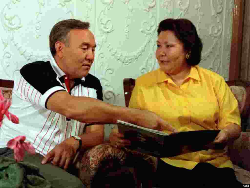 Қазақстан президенті Нұрсұлтан Назарбаев әйелі Сарамен бірге. 1992 жыл.
