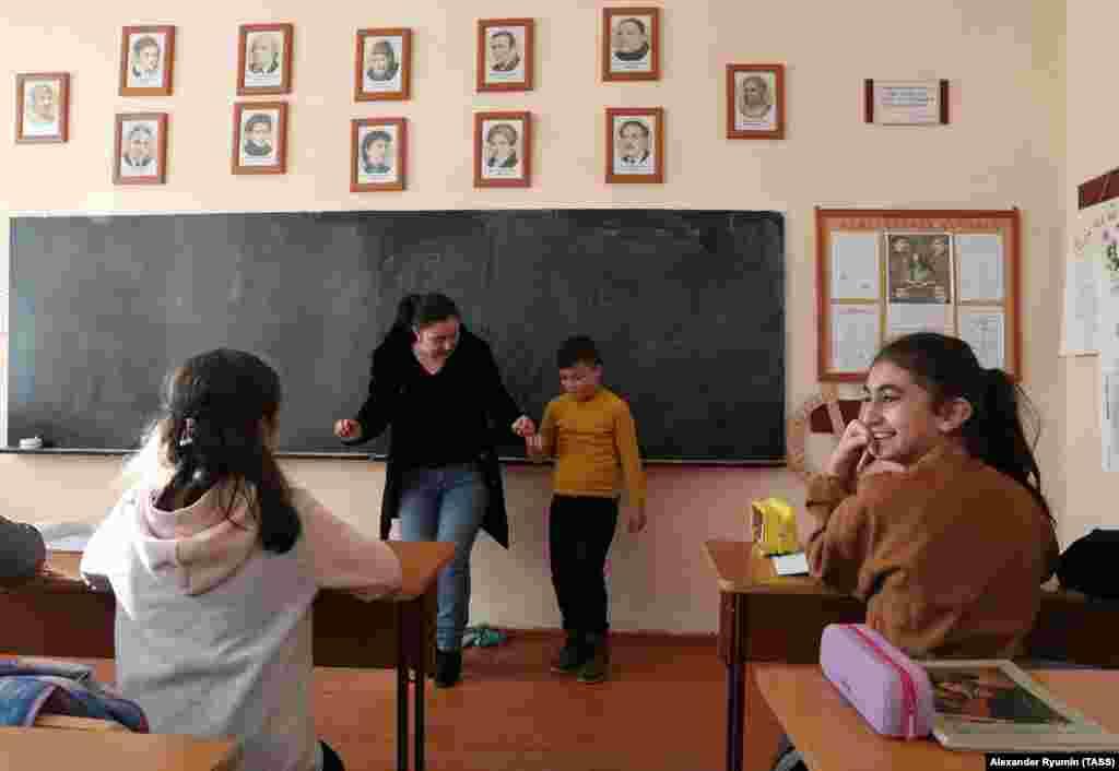 Мальчик в школе Степанакерта учится традиционному армянскому танцу. 2 декабря 2020 года.
