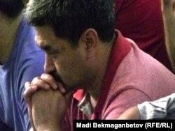 Рамазан айындағы алғашқы тарауық намазына келген азамат. Алматы, орталық мешіт, 10 тамыз 2010 жыл. (Көрнекі сурет)