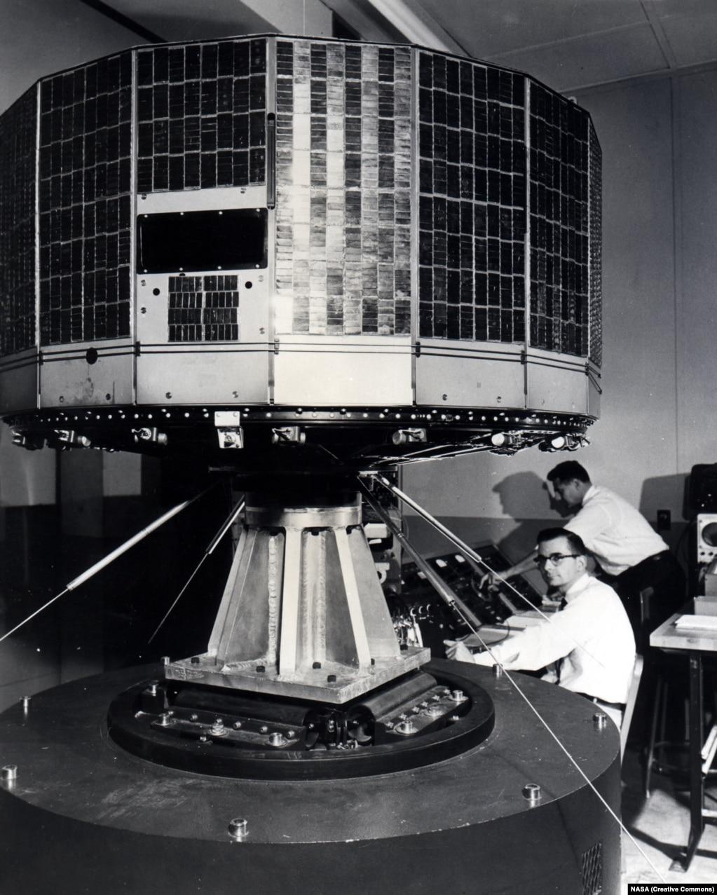 Принадлежащий НАСА метеоспутник Tiros 1 был запущен в 1960 году. На фотографии его трясут во время испытаний, чтобы понять, перенесет ли дорогу оборудование. Tiros – первая попытка создать спутник для прогноза погоды. Он был оборудован двумя камерами, которые посылали сводки в центр управления полетом на Земле.