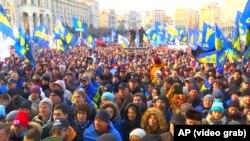 Ба Русия сар хам накунед, мегӯянд эътирозгарони украинӣ