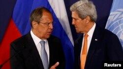 Sergei Lavrov (solda) və John Kerry, arxiv fotosu