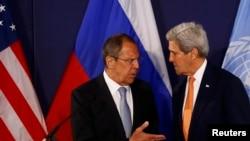 Министр иностранных дел России Сергей Лавров (слева) и госсекретарь США Джон Керри.