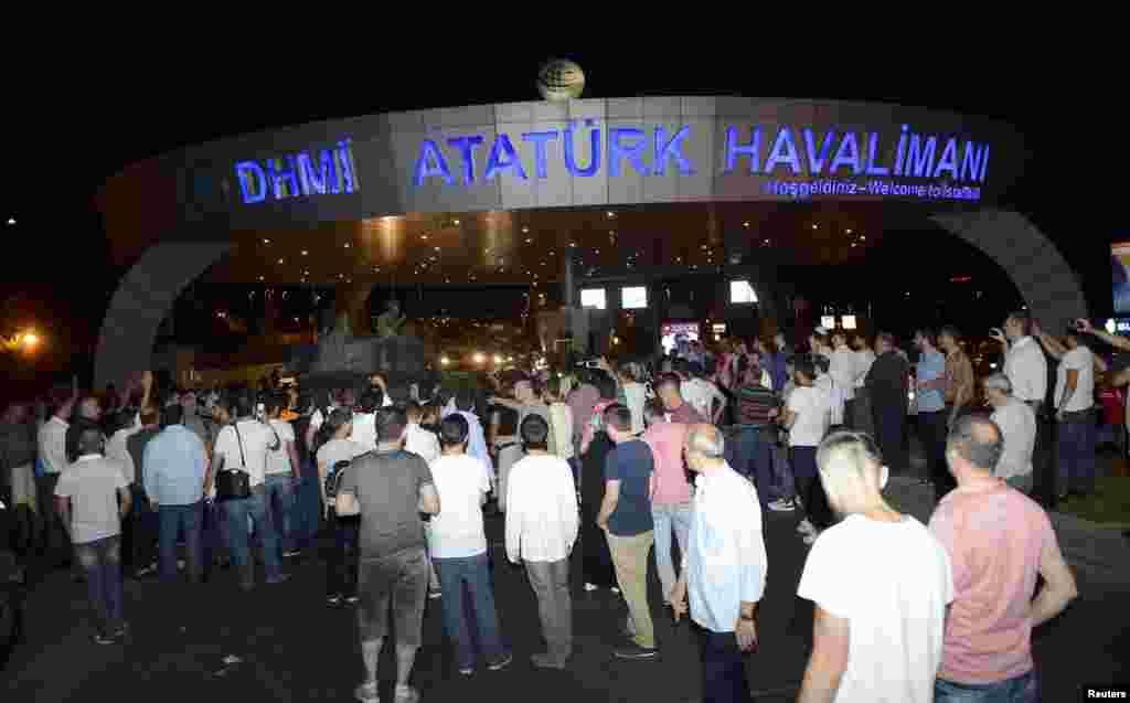 У головному аеропорті Стамбула імені Ататюрка, на під'їздах до якого стоять танки, скасували усі рейси