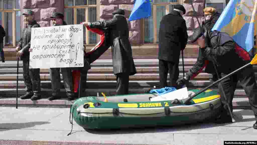 Опозиція принесла під міську адміністрацію столиці човна, Київ, 28 березня 2013 року
