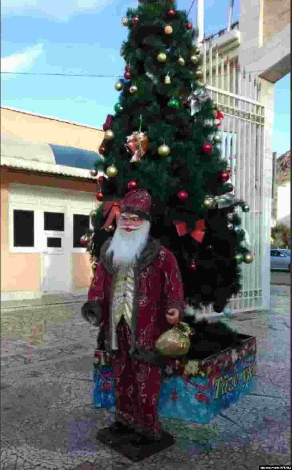Türkmenbaşy şäherindäki Täze ýyl arçasy we Santa Klaus.
