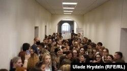 Студэнты МДЛУ ля прыёмнай рэктара, дзе чакаюць на сустрэчу затрыманыя раней студэнты