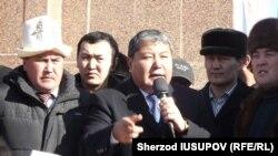 Мелис Мырзакматов митингге чыккан элдин алдында сүйлөп жатат. Ош, 15-январь, 2014.