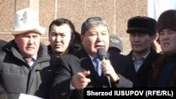 Melis Myrzakmatov (center) addresses supporters at a rally following his defeat in the Osh mayoral election on January 15.