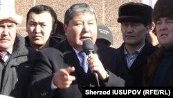 Экс-мэр Оша выступает на митинге своих сторонников в Оше. Январь 2014 года