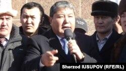 Мелис Мырзакматов выступает на митинге своих сторонников.