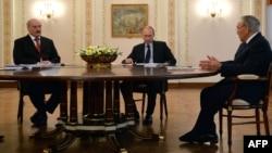 Президент Казахстана Нурсултан Назарбаев (справа), президент России Владимир Путин (в центре) и президент Беларуси Александр Лукашенко на встрече глав государств Таможенного союза. Москва, 5 марта 2014 года.