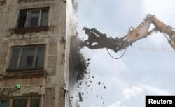Снос пятиэтажного дома в Москве в рамках программы реновации