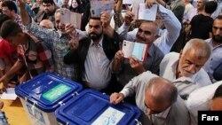 Arxiv fotosu: Tehranda seçki məntəqələrindən biri, 14 iyun 2013