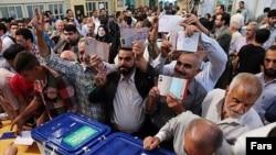 Президент сайлауында сайлау учаскесіне дауыс беруге келген адамдар. Тегеран, 14 маусым 2013 жыл.