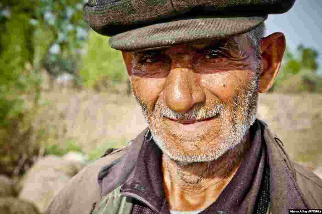 Yevlax rayonu, Nərimanabad kəndində məskunlaşmış ağdamlı məcburi köçkün. O günün 10 saatını kənd sakinlərinin mal- qarasını otarmaqla keçirir.
