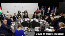 Președinții est-europeni la reuniunea de la Košice: DaliaGrybauskaite (Lituania), RaimondsVejonis (Letonia), KerstiKaljulaid (Estonia ), AndrzejDuda (Polonia), MilosZeman (Cehia), AndrejKiska (Slovacia), JanosAder (Ungaria), Klaus Iohannis (România), Rumen Radev (Bulgaria)