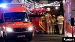 آمبولانسها در محل وقوع حادثه؛ دهها نفر کشته و زخمی شدهاند